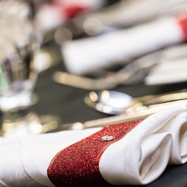 Serviette blanche sur une table avec une nappe noire