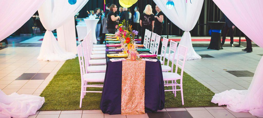 Table dans la salle de bal