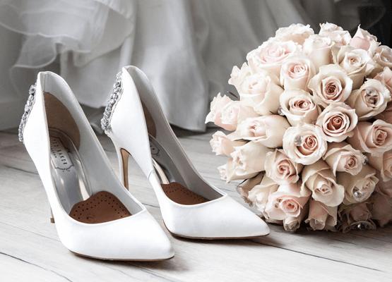 Soulier à talon haut blanc avec bouquet de fleur