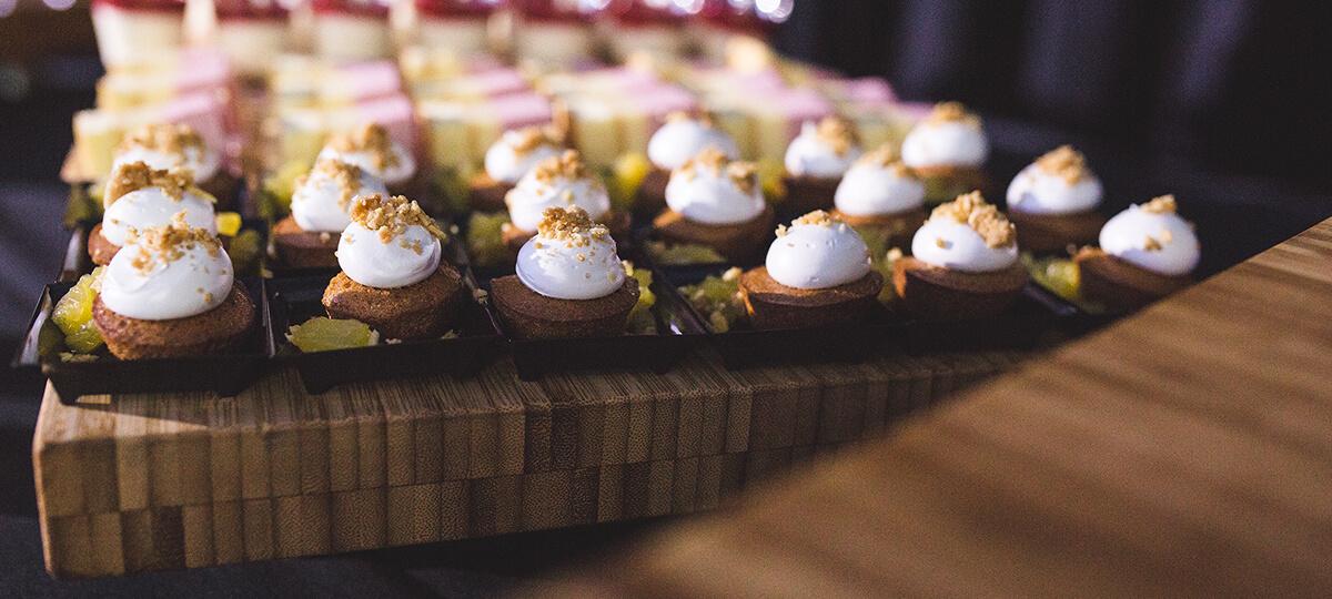 Petites bouchées de dessert sur un plateau