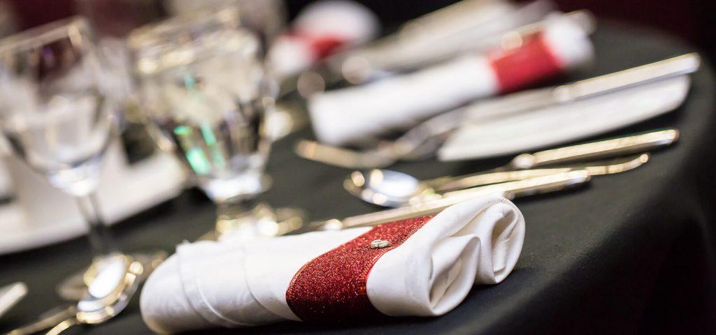 Serviette blanche sur une table