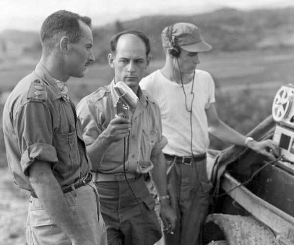 Le correspondant de guerre de Radio-Canada International, René Lévesque, interview le lieutenant-colonel Dextraze en Corée, 1951