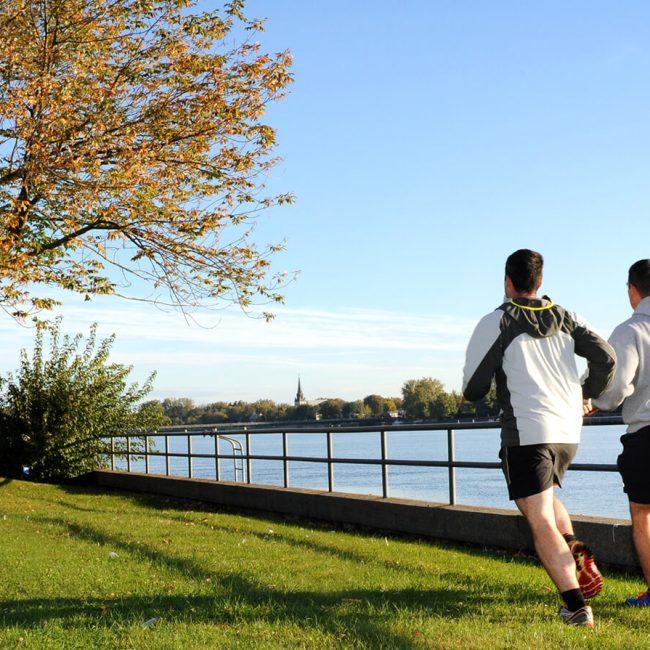 Hommes qui font leur jogging sur le site de la Corporation du Fort St-Jean