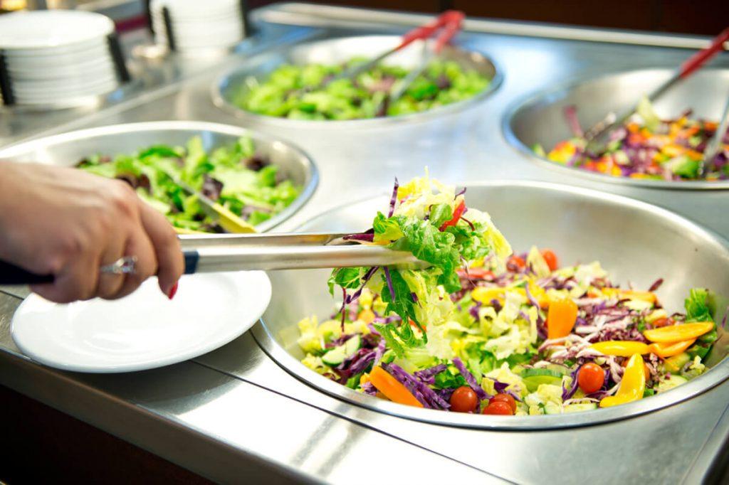 Bar à salade lors d'une réception
