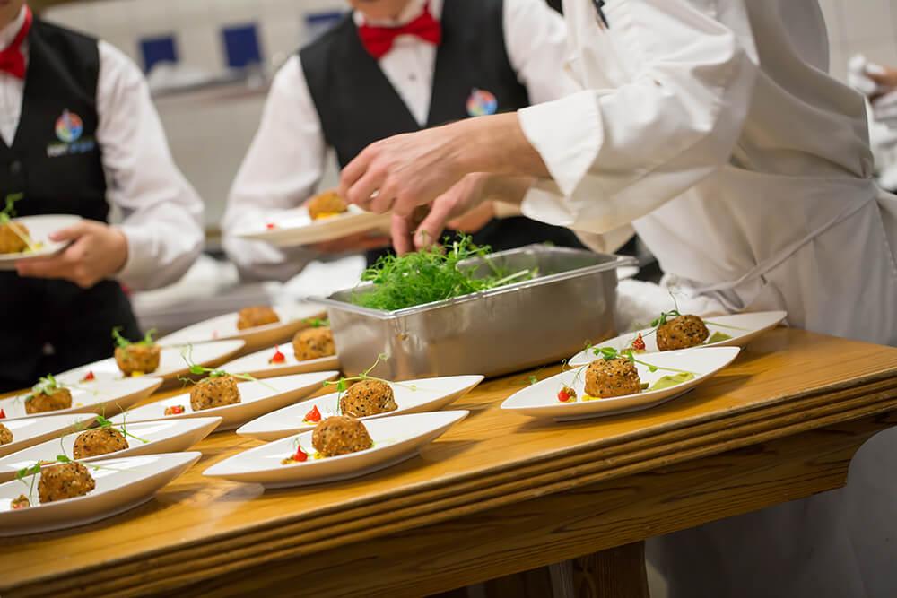Préparation d'assiette pour le service