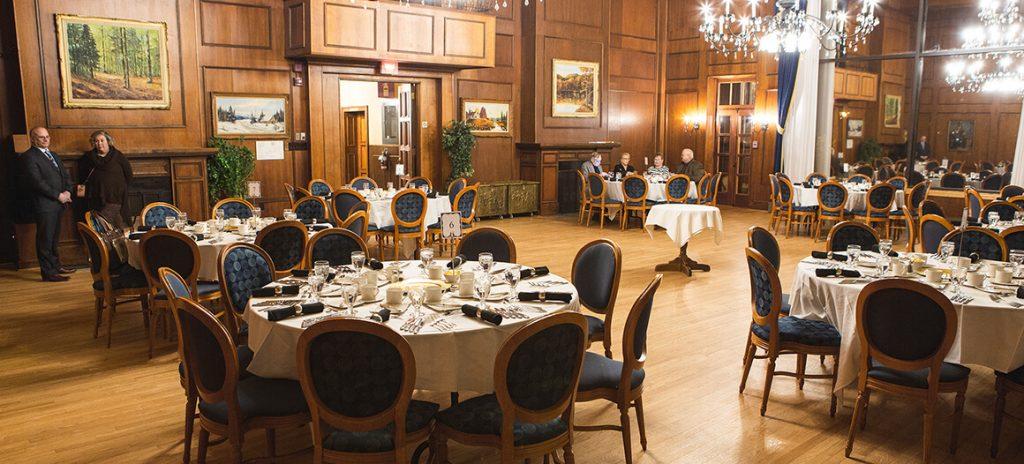 Table dans le Salon Richelieu à la Corporation du Fort St-Jean