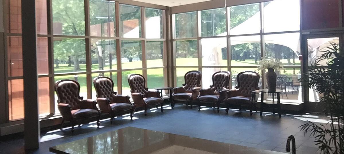 Chaises en cuire dans le salon VIP