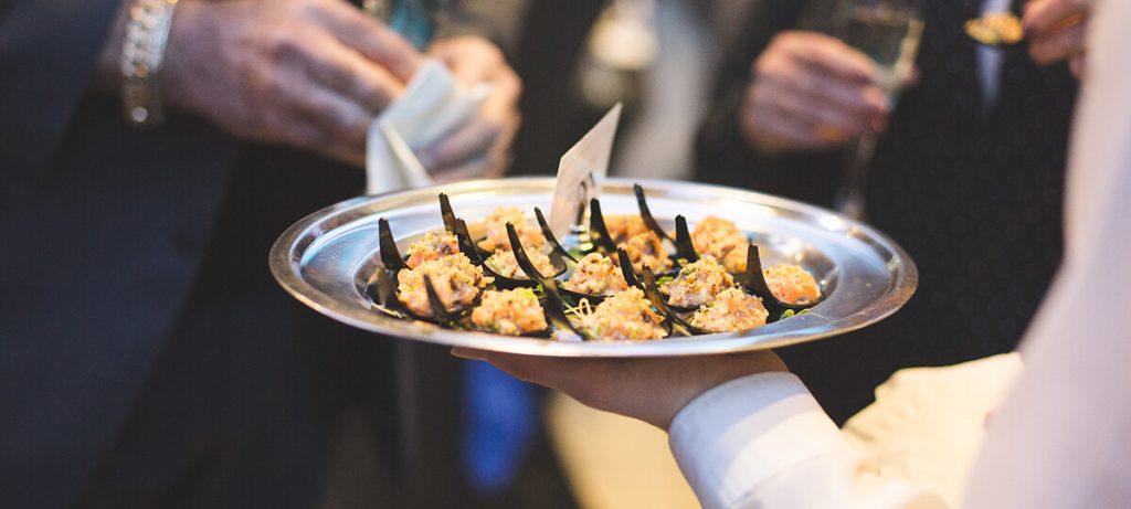 Service de bouchés dans une assiette