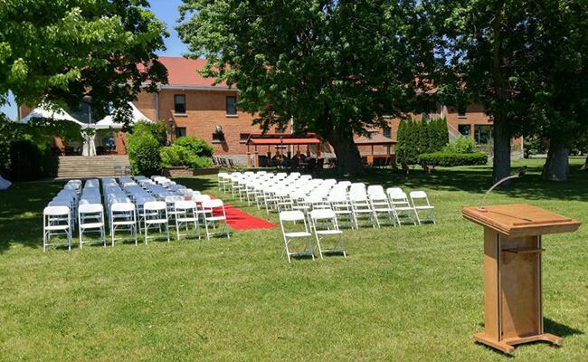 Chaise blanche pour réception de mariage à l'extérieur
