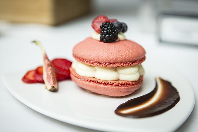 Dessert de macaron rose et fruits frais