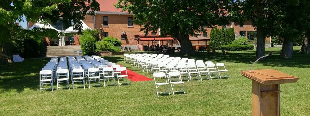 Chaise blanche pour une réception de mariage