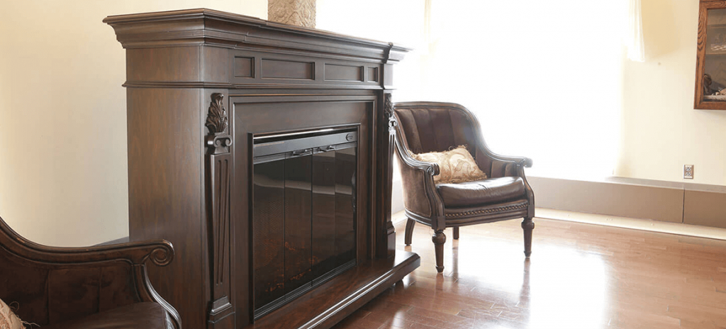 Foyer et chaise en cuire dans la salle Le Petit Fort